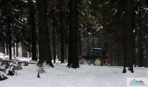Šmejd v traktoru mezi Soláněm a Tanečnicí - tady na chvíli uhnul z běžkařské stopy