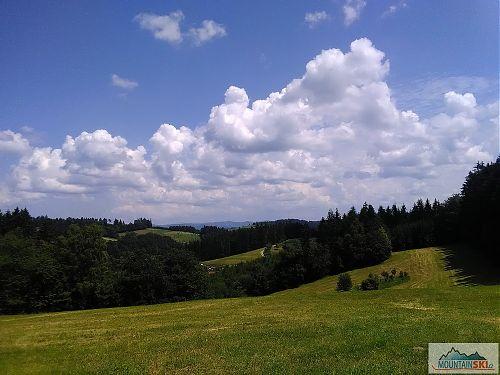 Hostýnské vrchy, nad nimiž si hrají mraky
