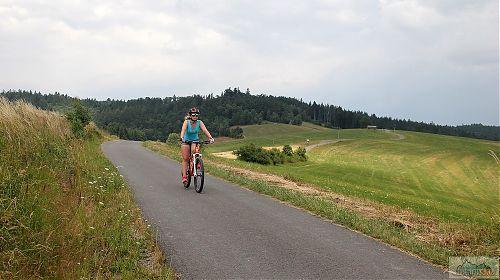 Z Bludného do Hošťálkové je krásný dlouhý sjezd - ideální na silníční kolo