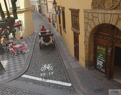 Copak za dopravní obsluhu je toto vozidlo  zajíždějící do slepé ulice?