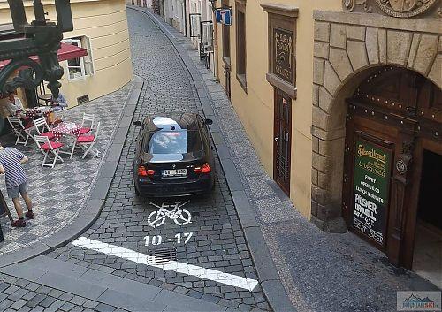 Další dopravní obslužník ve slepé ulici - pozor, mohl by mu tam zavazet cyklista!