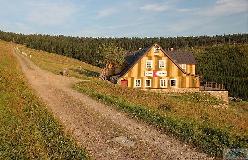 Zpevněná silnice podél Klínovky láká k výjezdu i sjezdu
