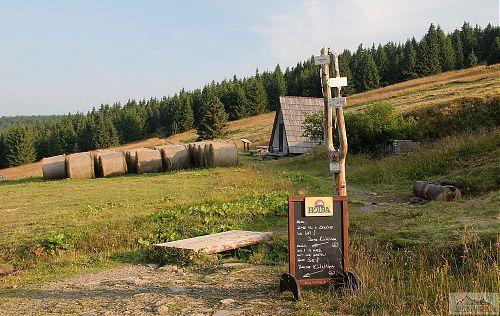 Skladiště pro zimní období u přístřešku na místě bývalé boudy Klínovka