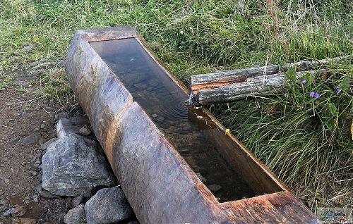 KRNAP to se dřevem umí - vyřezaný žlab na vodu s trochu použitým přívodem