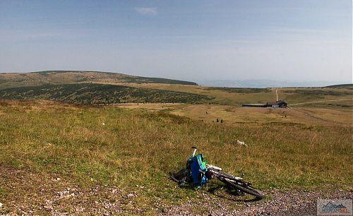 Výhled od památníku obětem hor (1509 m) na krkonošskou tundru s asfaltovou silnicí a Luční boudou (1410 m)