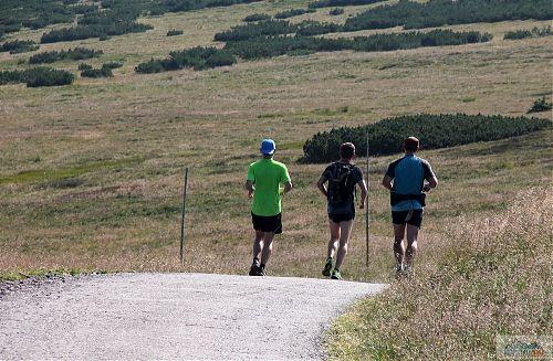 Po horách by se mělo běhat v terénu, ne tak v Krkonoších, kde jsou asfaltové polní cesty