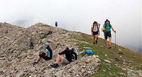 Hřeben Bakardanu (2704 m) je z jedné strany travnatý, a z druhé má volně ložené kameny