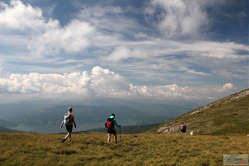 Po hřebenu na další vrchol s výhledem na Mavrovské jezero