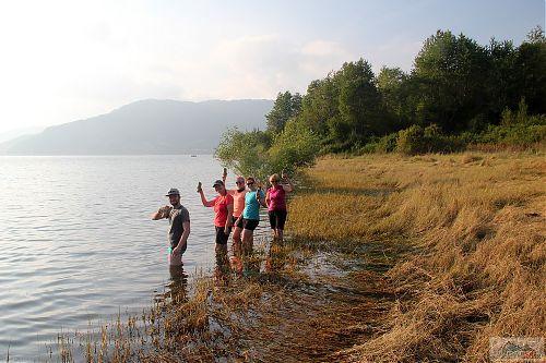 Dobro došli u Mavrovsko ezero! Někteří plavali, jiní relaxovali s pivem v ruce a nohama ve vodě
