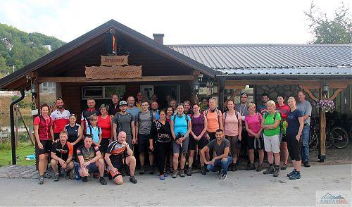 Pěší a cyklo tým před oblibeným restauračním zařízením v Mavrovu