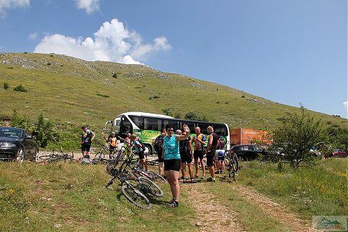 Zatímco pěšáci vyráží ze sedla na Magaro, cyklisté pokračují po hřebenu do Ohridu