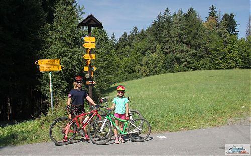Nivy - rozcestník čtyř cyklotras a nadbytek žlutých značek