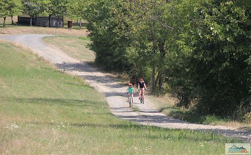 Na hřebenu se povrch mění od asfaltu přes šotolinu, zpevněnou silnici až pomenší kamenolom
