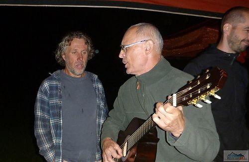 Večerní zábava při kytarách a zpěvu