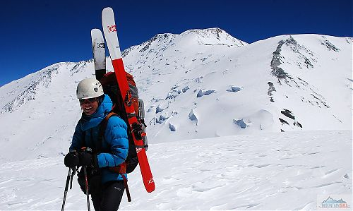 Katka na Piku Razdělnaja (6210 m) s hřebenem Piku Lenina v pozadí