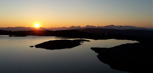 Slunce se opírá do vršků NP Sjunkhatten