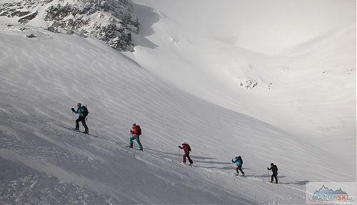 V řadě za sebou lyžníci pěkně jdou