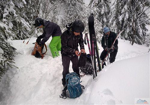 Nasazování pásů v hlubokém sněhu je legrace