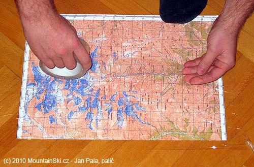 Postupné polepování mapového listu sodstraňováním vzduchovýmbublin