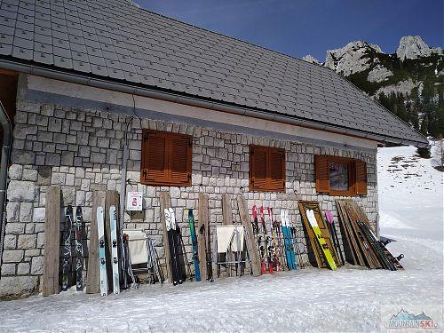 Skialpové skladiště u Domu na Zelenici od lyží DOWN až po G3