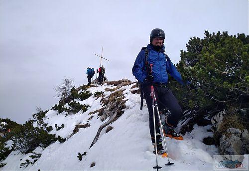 Sestup z vrcholu, na který vede z druhé strany ferrata