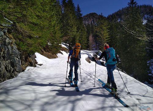 Pavlína s Klárou prošlapávají stopu jarním sněhem