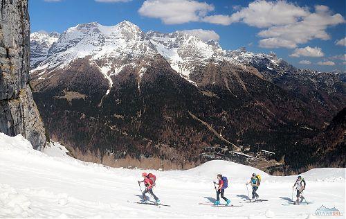 Dámský skialip v Itálii, hluboko pod námi je parkoviště lyžařského střediska Sella Nevea