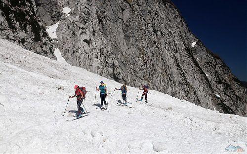 V dolní části doliny to bylo samé laviniště, dámskou skupinu vede Emilka