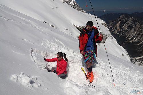 Emilka při vyhodnocování sněhového profilu