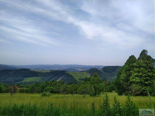 Za prvním hřebenem je údolí Vsetínské Bečvy a do dálky se táhne údolí říčky Ratibořka