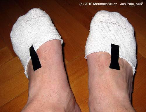 Ustřihnuté ponožky přiměřeně přilepíme kchodidlu
