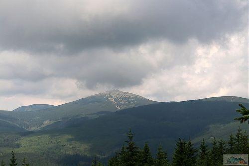 Vzdálený výhled na Sněžku z Pomezního hřebene