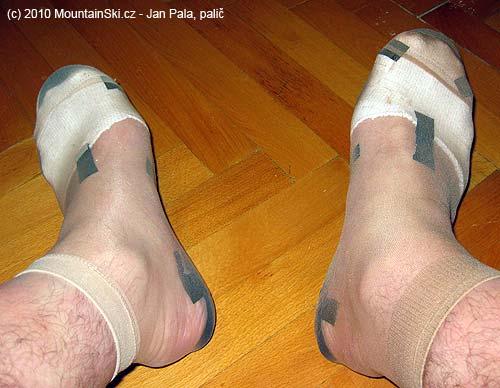 Přes komplet přetáhneme tenké ponožky