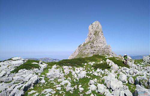 Krásná pyramida vysoko nad vesnicí Bogë