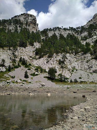 Dokonalé místo na přespání - tráva pod stany a vedle nich horské koupaliště