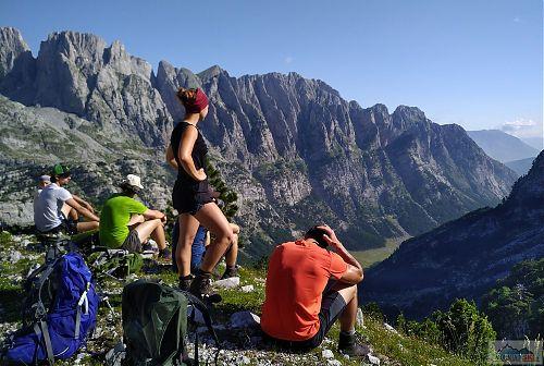 Na vyhlídce s výhledem na hranice a Černou Horu