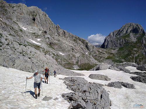 Pokračování na Maja e Jezerce (2694 m) se spoustou sněhu