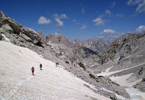 Na dalším sněhovém poli cestou na Maja e Jezerce