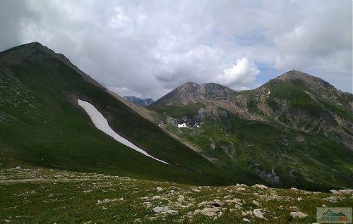 Bakardan s parádním sněhovým polem, uprostřed Turčin a úplně vpravo náš cíl - Titov vrv