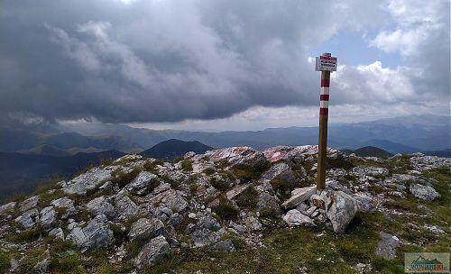 Na vrcholu Medenica je nově označující tyčka