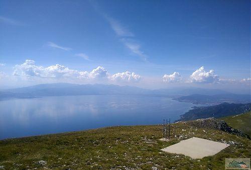 Vyhlídka z výšky 1900 metrů na pohoří Pelister a Prespanská jezera