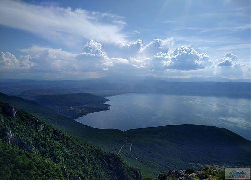Výhled z Galičice na Ohridské jezero a albánský Pogradec