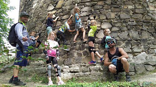 Část dětského gangu v bikové školce Rychlebských stezek