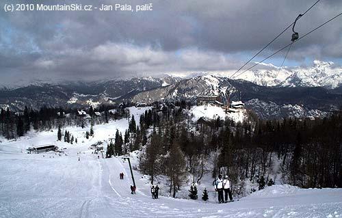 Výhled od horní stanice kotvy přes Ski hotel na JulskéAlpy