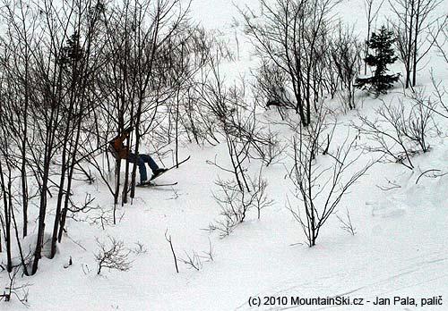 Když se drsňáci dostali do hlubokého sněhu, jezdili hlava nehlava, strom nestrom
