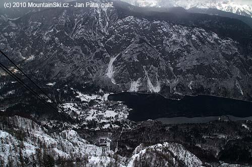 Výhled na Bohinjské jezero od horní stanice kabinky