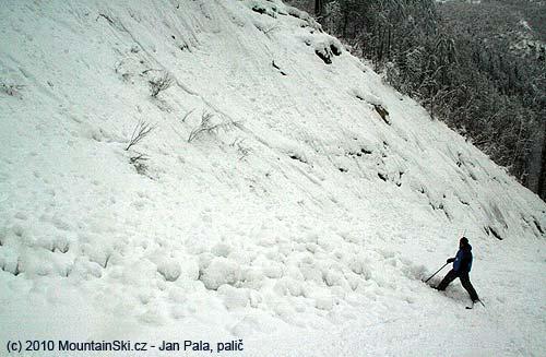 Vdolní části sjezdu popadala na sjezdovku řada sněhovýchsplazů