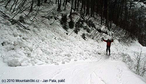 Přes navalený sníh se dalo částečně skákat