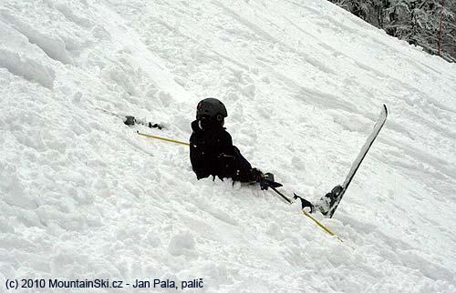 Toto není jeden ze způsobů jištění pomocí lyží, ale následekpádu