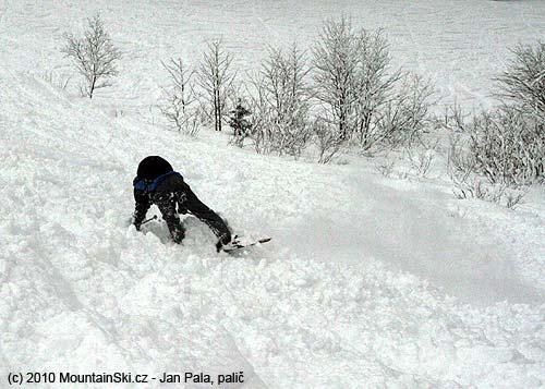 Ukázkové provedení pádu vpřed přes lyže